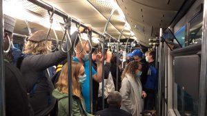 """Social Distancing"" im Bus zum Terminal"